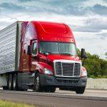Toma de un camión rojo en la carretera: concept: financiamiento de camiones