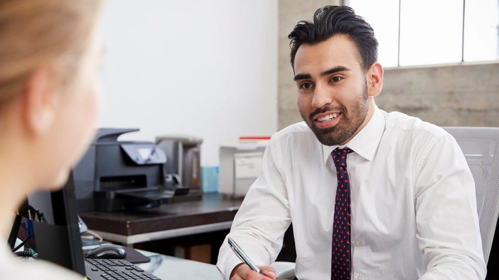 Hombre hispánico joven en una junta. concept: teneduría de libros y contabilidad