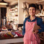 Retrato de una dueña de negocio con una tablet, latina. concept: micropréstamos y préstamos de día de pago