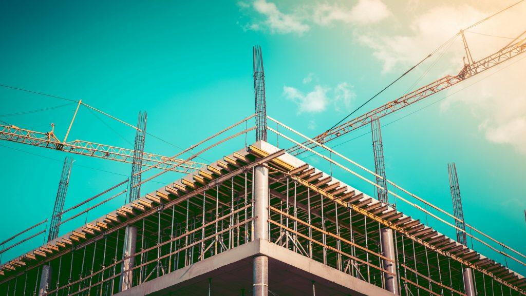 construcción de edificio de oficinas. Concept: ingresos de compañía de construcción. Photo by Viktor Hanacek - picjumbo.com