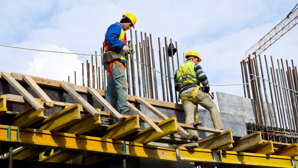 Hombres trabajando en construcción. Concept: Ingresos de compañía de construcción. Designed by Freestockcenter / Freepik