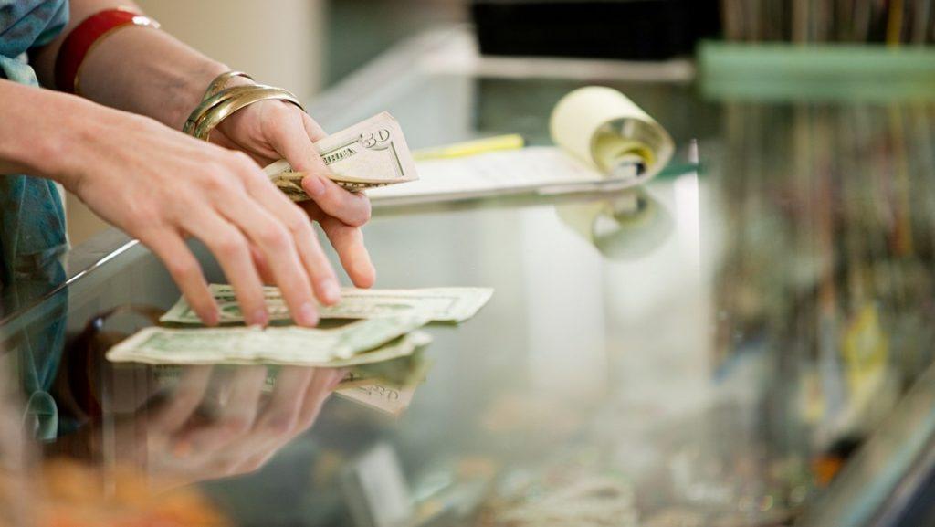 Dueña de3 tienda contando dinero. Concept: teneduría de libros y contaduría
