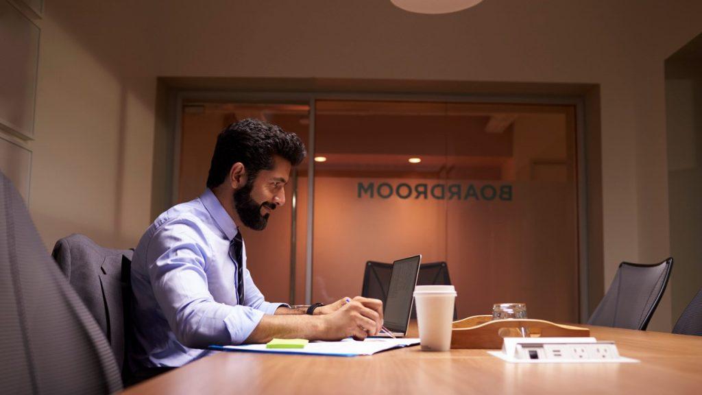 Empresario hispánico de mediana edad trabajando en una oficina. Concept: teneduría de libros y contaduría