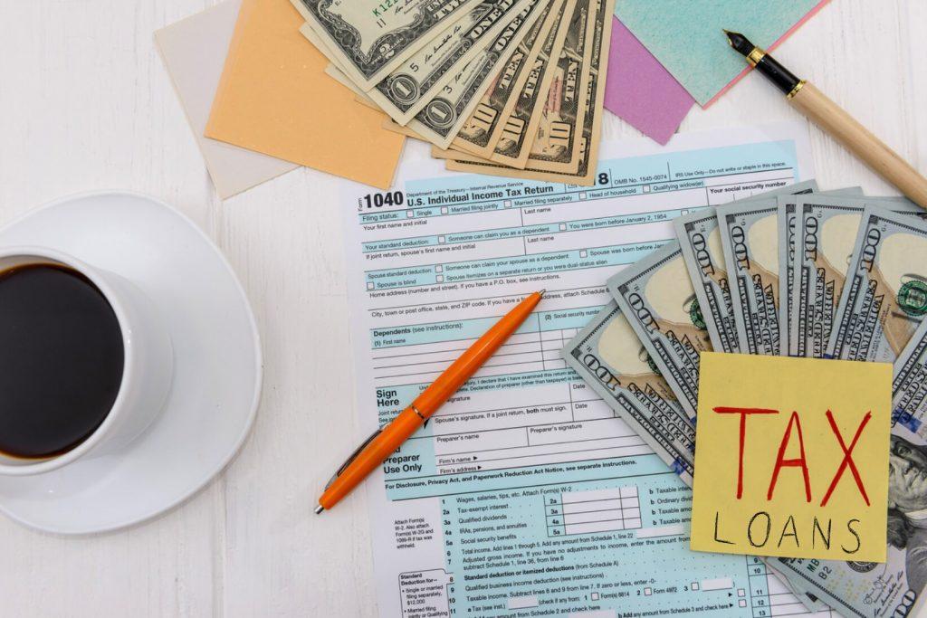 Declaración de impuestos con dólares y café, vista desde arriba. Concept: préstamo fiscal