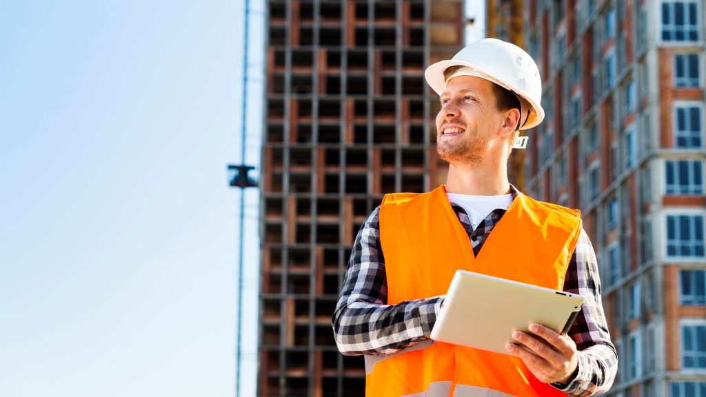 Business plan, construction business. Construction worker smiling, working. concept: business plan. Designed by Freepik