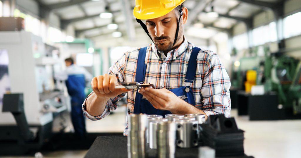 Trabajador en empresa metalera. Concepto: ¿Qué pasa con tu negocio si eres deportado?