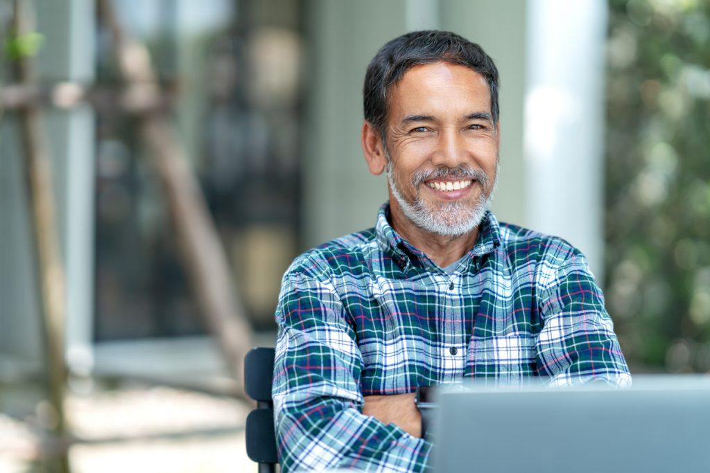 Retrato de un hombre mauro feliz, con barba mirando a la cámara, hispano latino. Cocnept: cómo empezar un negocio