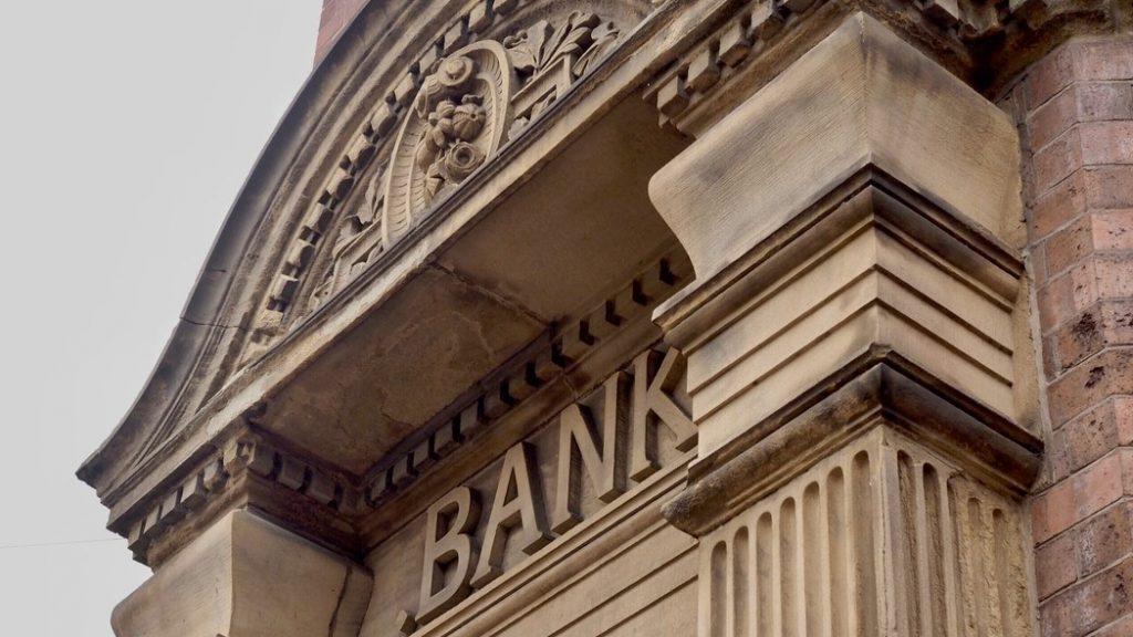 Edificio de un banco, puerta de un banco. concept: tipos de préstamos