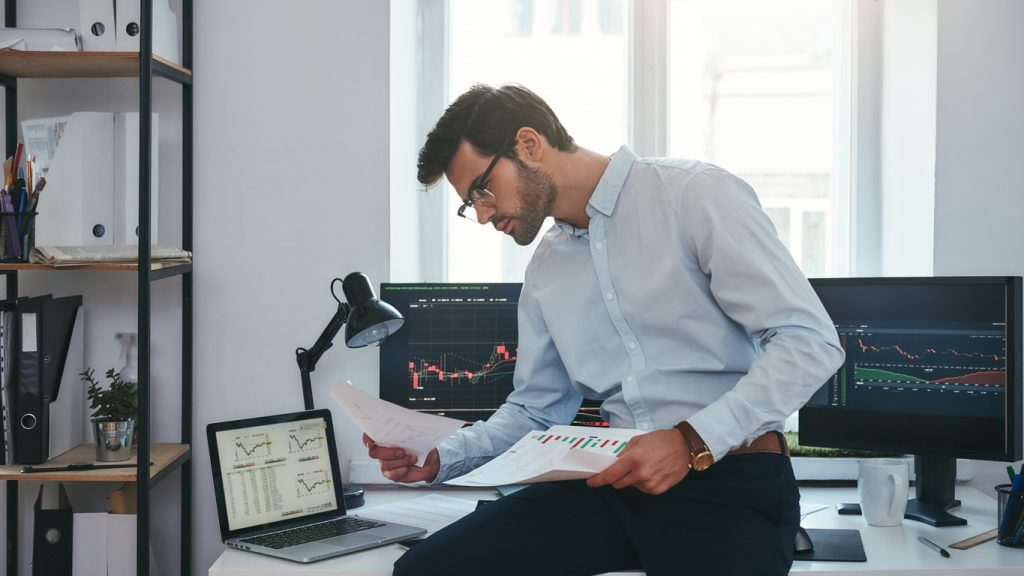 Young business man investing in the stock market
