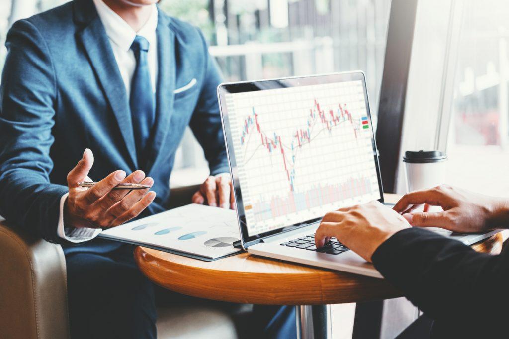 Hombres de negocios invirtiendo en el mercado de valores