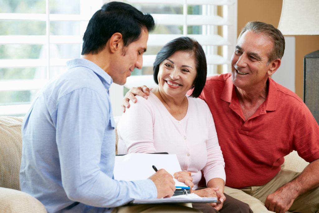 Pareja hablando con un asesor financiero sobre préstamos comerciales y préstamos para pequeñas empresas. Concept: tarifas de préstamos