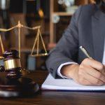Mujer abogada vestida de traje trabajando en documentos legales. concept: abogado de negocios