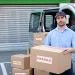 Repartidor con cajas junto a camioneta de reparto. Concepto: Seguro de auto comercial o seguro de auto personal