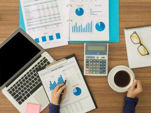 Analista financiero estudiando información y datos. Concept: impuestos trimestrales