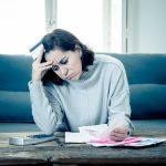 Mujer jóven estresada y preocupada por sus deudas. concept: préstamo comercial