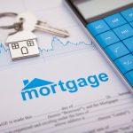 Aplicación de hipoteca sin llenar junto con unas llaves. Concept: pagar hipoteca con tarjeta de crédito