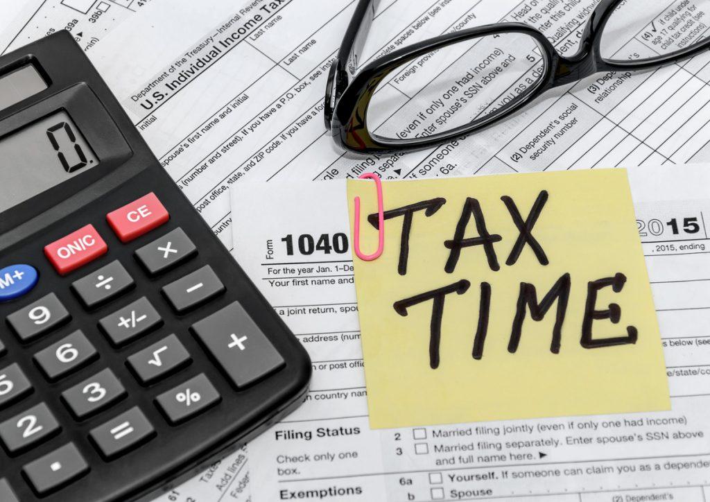 Forma de impuestos, calculadora, lentes. Concept: impuestos