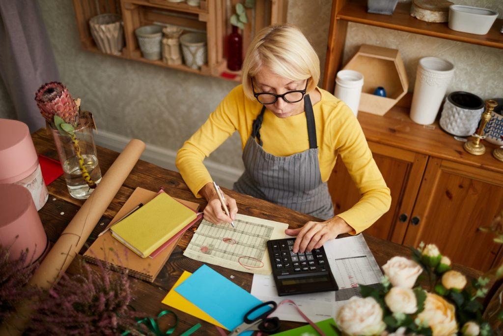 Empresaria revisando sus finanzas, haciendo sus cuentas, revisando impuestos. Concept: impuestos trimestrales