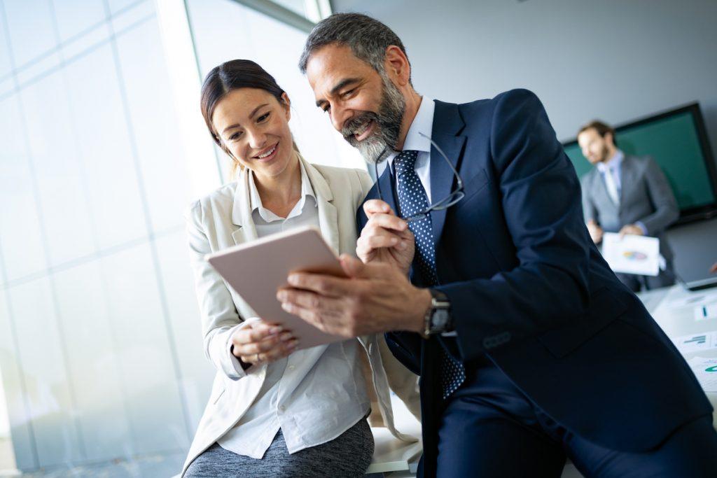 Abogado de negocios con cliente en oficina. Concepto: contratar a un abogado de negocios o recurror a información gratuita en línea