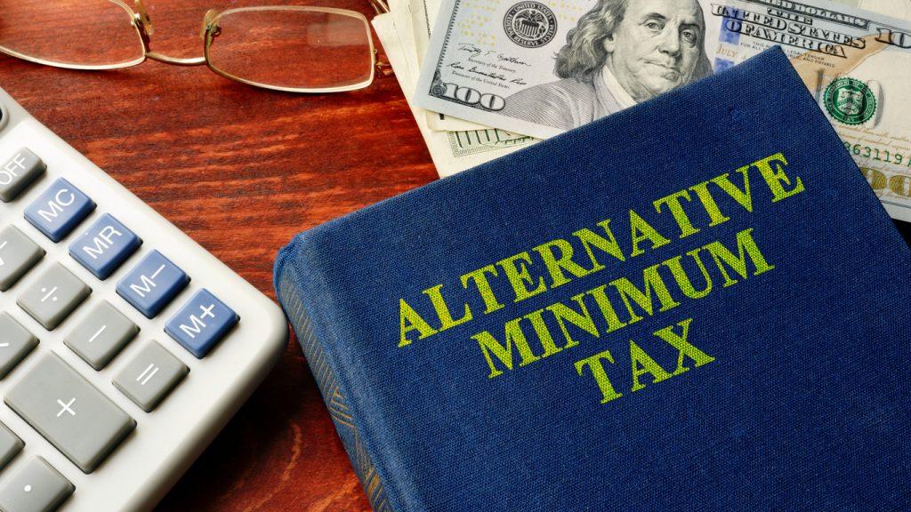 Libro con título de impuesto mínimo alternativo. Concept: impuesto AMT