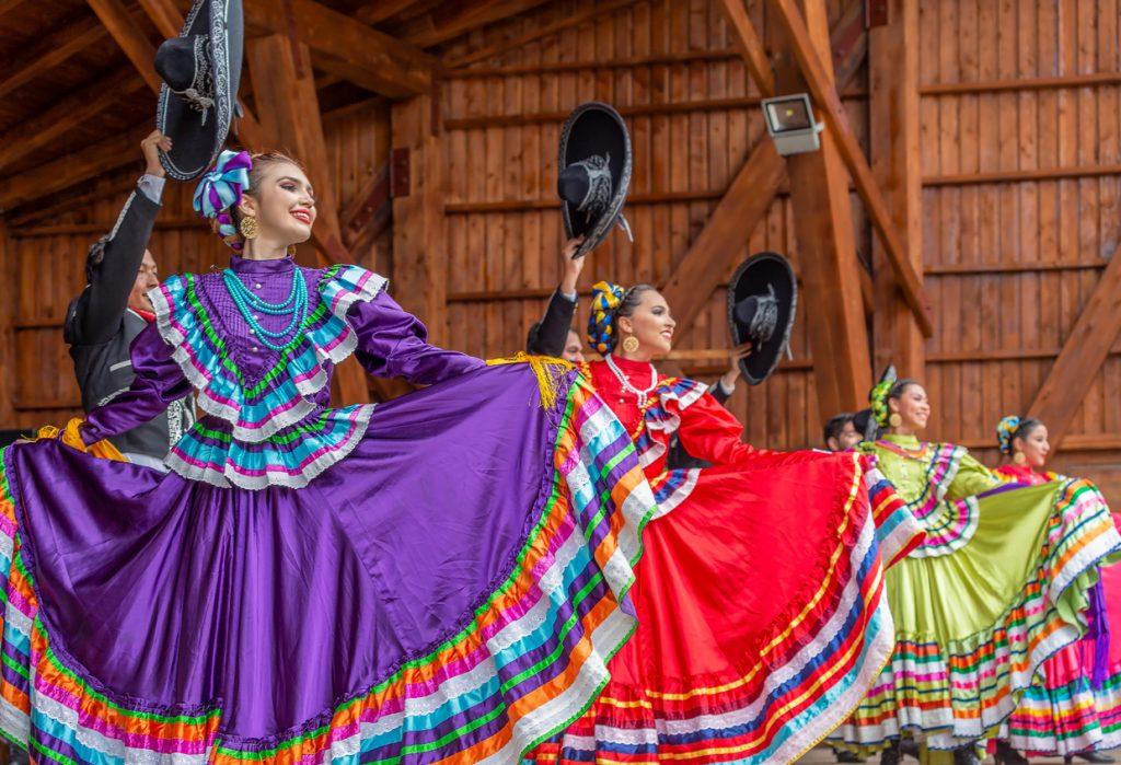 Bailarinas con traje regional mexicano durante el Mes de la Herencia Hispana.