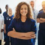 Joven doctora con equipo médico a su espalda. Concepto: Como elegir seguro médico