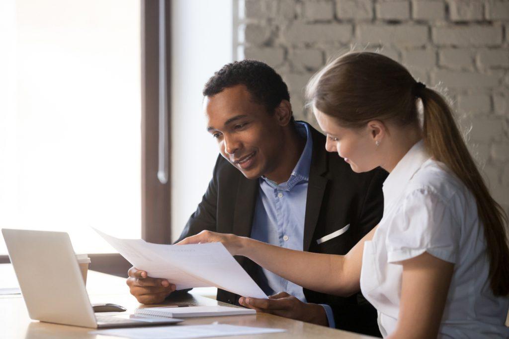 Especialista en préstamos y cliente hablando de tasas de interés y APR.