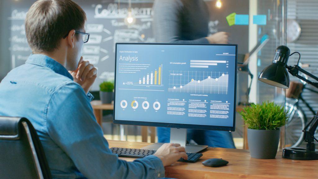 Inversor eligiendo diferentes tipos de inversión desde su computadora.