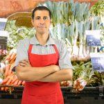 Retrato de dueño de una tienda de vegetales con los brazos cruzados. concept: impuestos FICA