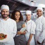 Personal de restaurante en cocina comercial. Concepto: Tipos de restaurantes
