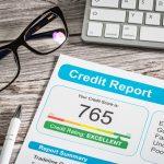 Primer plano de reporte de crédito sobre escritorio. Concepto: consultas exhaustivas.