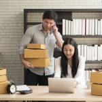 Negocio en línea, los dueños empacando productos y trabajando, ecommerce, tienda en línea. concept: amazon lending