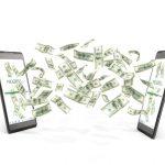 Dos móviles transfiriéndose dinero el uno al otro. Concepto: transferencias ACH