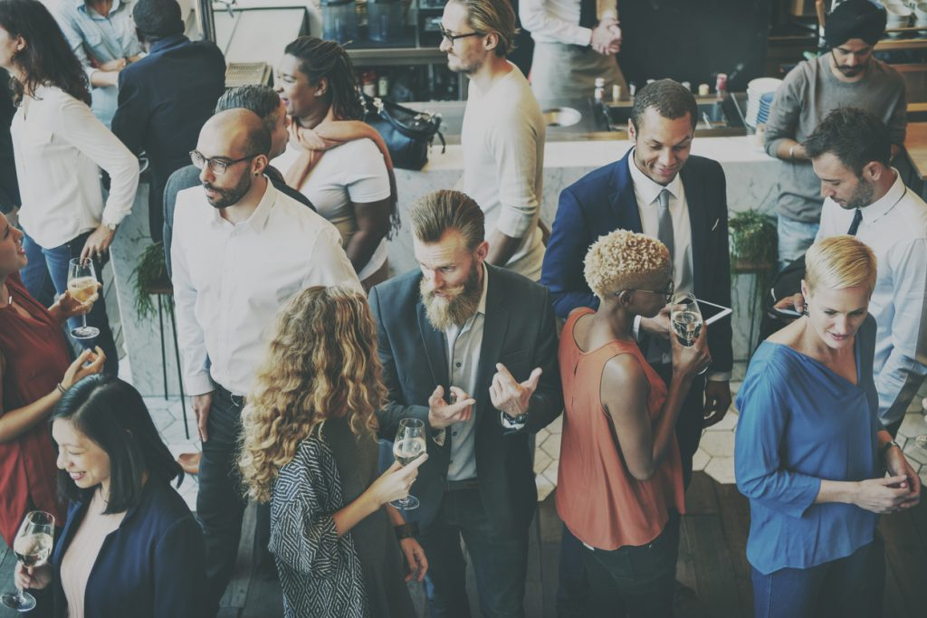 Catering casual, plática, colegas. concept: eventos de networking
