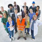 Grupo multiracial de personas en diferentes tipos de industrias