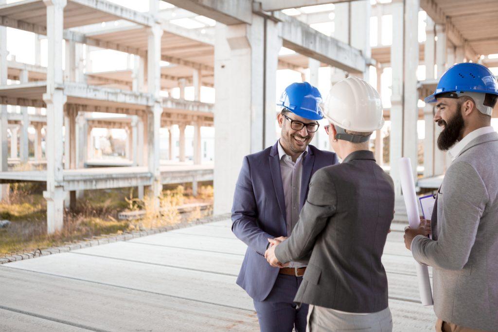 Empresario feliz celebrando con su equipo la construcción de un edificio. Concept: eventos de networking
