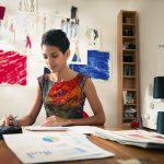 Planificación financiera. Mujer joven dueña de su propia empresa haciendo cálculos. Concept: préstamos de paypal