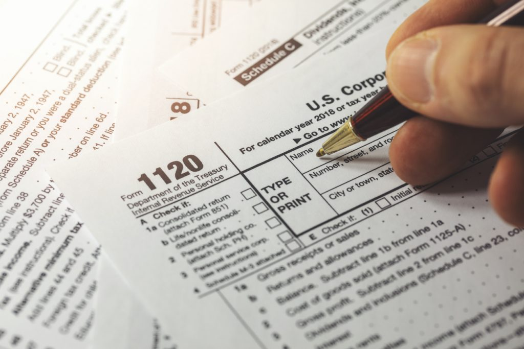 declarando los impuestos de una empresa. concept: schedule k