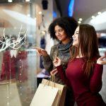 Amigas haciendo compras decembrinas en unc entro comercial. concept: horario de navidad