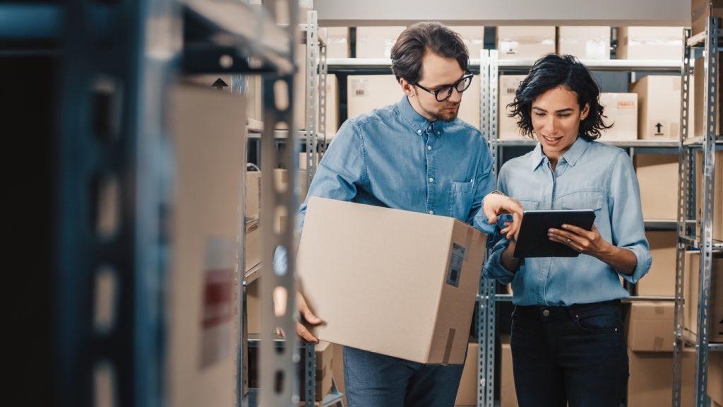 Inventario de un pequeño negocio, dos empleados revisando la bodega buscando un producto. concept: SKU