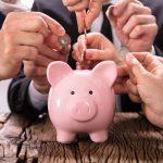 concepto de crowdfunding. Gente metiendo monedas a una alcancía. concept: Indiegogo vs Kickstarter