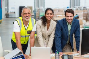 Manager de almacén y dos empleados en oficinas, trabajando juntos en proyecto. Concepto: lean management