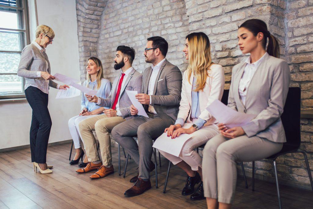 Empresa contratando empleados. concept: compañías de verificación de antecedentes