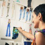 Mujer de negocios jove, hispánica, latina, trabajando en diseño de modas. Concept: crea una propia línea de ropa