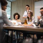 Colegas de una empresa reuniéndose para una conferencia o presentación. concept: resolución corporativa