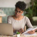 Mujer afroamericana estudiando en su computadora. concept: mejores libros para emprendedoras