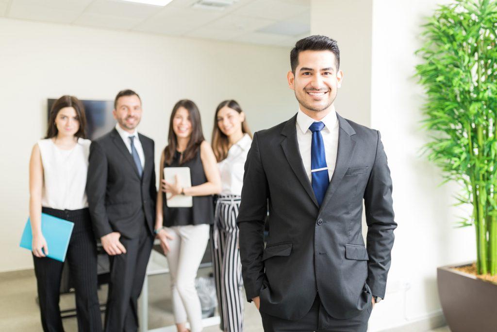 CEO joven con un equipo de trabajo multiétnico. concept: revistas de negocios