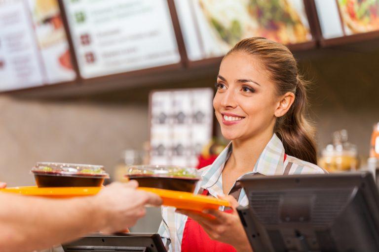 Mesera tras mostrador en restaurante de comida rápida. Concepto: Lean Management
