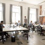 Staff corporativo de empleados trabajando usando computadoras en un espacio de co-working.