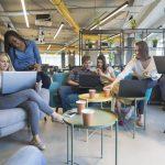 Jóvenes trabajando en una estrategia para una startup en un coworking. Concept: espacio de co-working